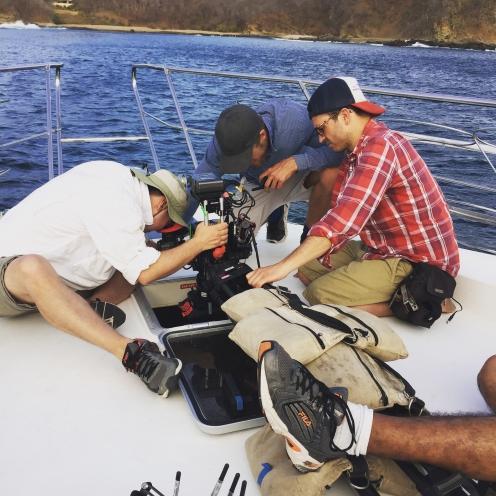 El equipo acomodando la cámara en un Yate