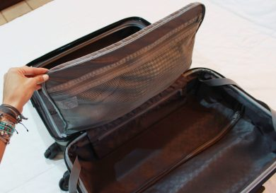 Dos compartimentos grandes y una división central con cremallera y tela mesh para guardar artículos pequeños y delicados.